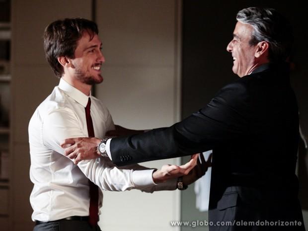 Thomaz decide trazer Lili de volta e Marcelo apoia o pai (Foto: Pedro Curi/TV Globo)