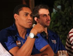 Márcio Dornelles e ao fundo Duda Machado na apresentação de ambos no Macaé Basquete (Foto: Weverthon Manhães)