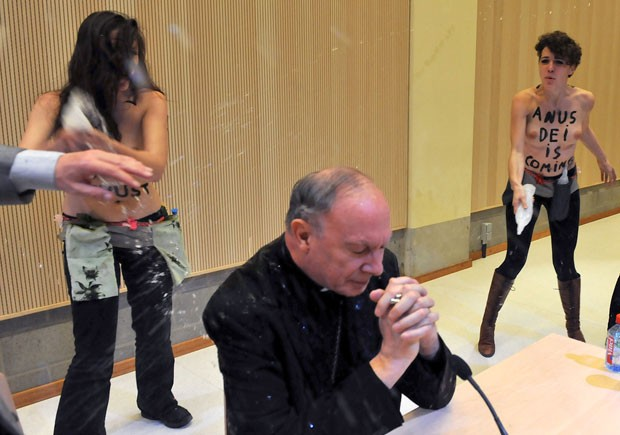 Integrantes do grupo feminista Femen jogaram água no arcebispo Andre-Joseph Leonard (Foto: George Gobet/AFP)