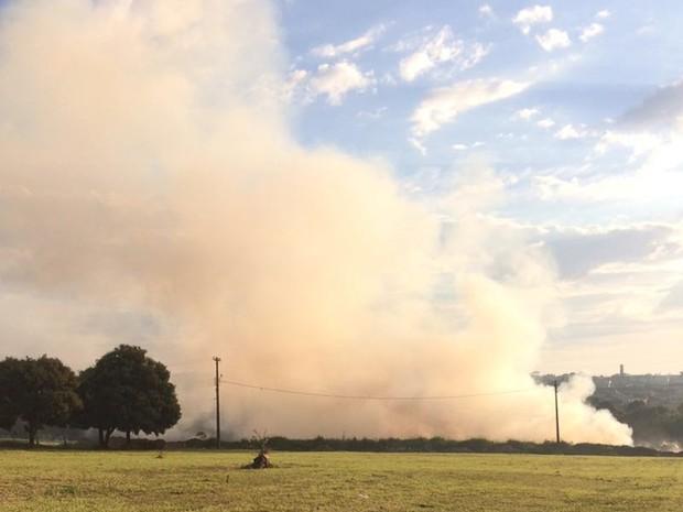 Uma cortina de fumaça densa se formou e incomodou moradores de perto do bairro (Foto: André Modesto/TV TEM)