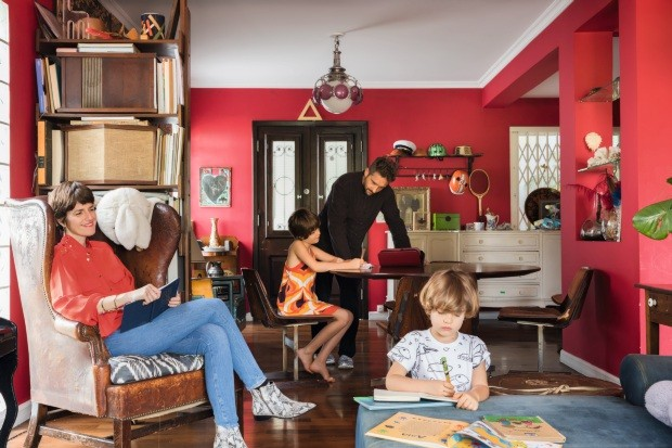 Teka aproveita o momento de leitura enquanto Marko confere a lição de casa da filha Zoe. À frente, Zion desenha no canto do sofá. No alto, à esq., caixas de som vintage da Bose modelo 901, herdadas da família da moradora (Foto: Lufe Gomes / Editora Globo)