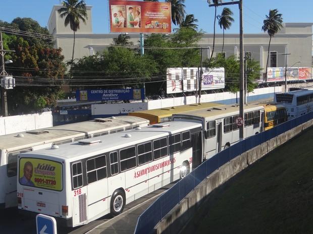 Filas duplas de ônibus atrapalharam trânsito em avenida de Maceió neste domingo. (Foto: Natália Souza/G1)