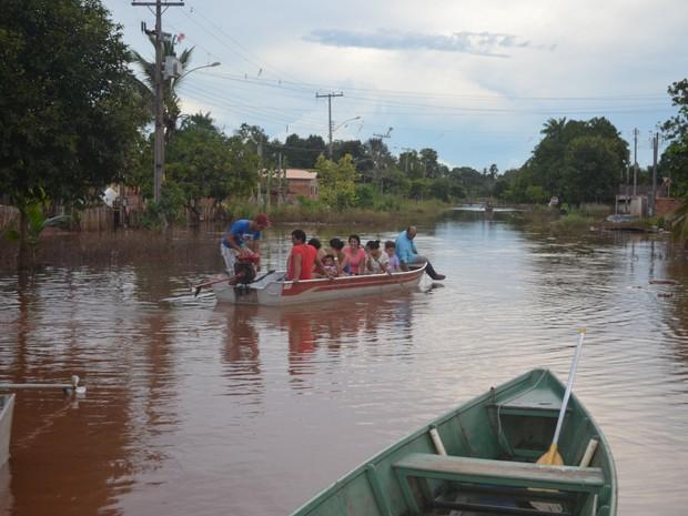 Fortes chuvas deixaram famílias desabrigadas em Pimenta Bueno (Foto: Rogério Aderbal/G1)