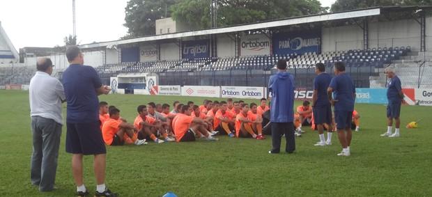 Antes do início da movimentação, o técnico Flávio Araújo e sua comissão reuniram com todos os jogadores (Foto: Globoesporte.com)