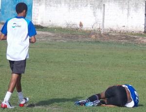 Massagista do MAC atende o atacante Tenílson (Foto: Bruno Alves/Globoesporte.com)