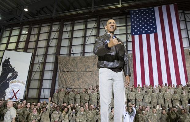 Barack Obama cumprimenta soldados da base aérea de Bagram, em visita surpresa ao Afeganistão, neste domingo (25) (Foto: Evan Vucci/AP)