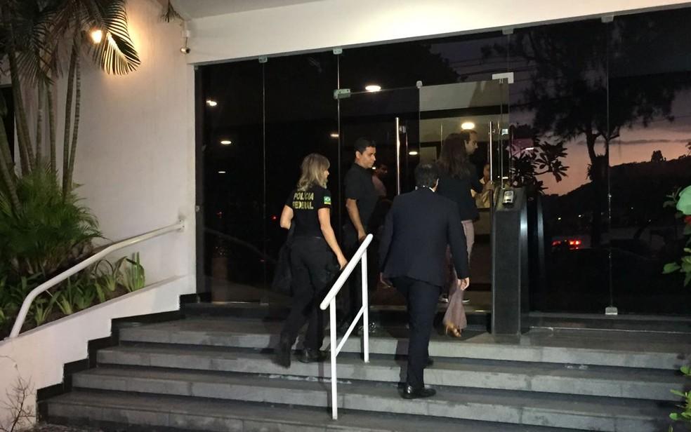 Agentes da Polícia Federal chegaram pouco antes das 6h desta terça (11) no prédio onde mora o ex-secretário Sérgio Côrtes, na Lagoa (Foto: Fernanda Rouvenat / G1)