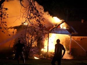 A explosão provocou um incêndio que atingiu diversas casas na região. O número de vítimas fatais ainda é incerto (Foto: Waco Tribune Herald, Rod Aydelotte/AP)
