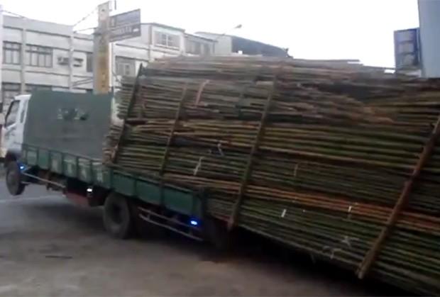 Motorista dispensou ajuda e descarregou caminhão ao fazer conteúdo 'deslizar' da caçamba (Foto: Reprodução)