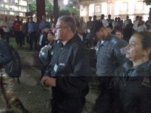 Representante do sindicato saiu escoltado pela PM (Foto: Marcelo Elizardo / G1)
