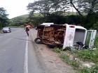 Kombi tomba e deixa família ferida na MG-133 em Piau, MG