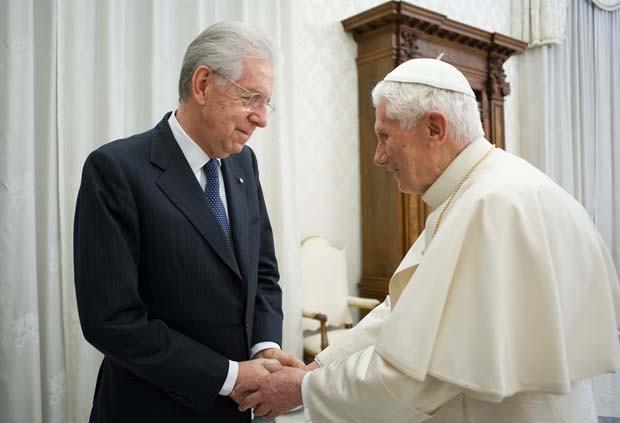 """Em foto divulgada pelo jornal do Vaticano """"L'Osservatore Romano', Bento XVI aparece cumprimentando o premiê italiano Mario Monti (Foto: AP)"""