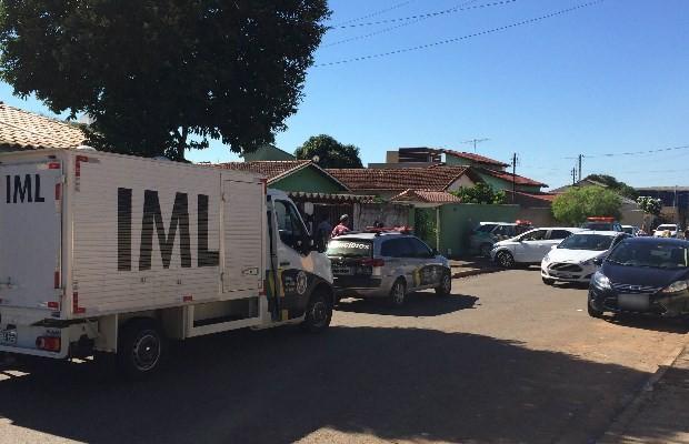 Pai agrediu a filha de 7 anos com pauladas na casa em que ele morava, em Goiânia, Goiás (Foto: Cassiano Rolim/ TV Anhanguera)
