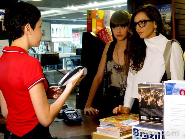 Cartão de Marina é recusado e fotógrafa fica assustada (Foto: Em Família / TV Globo)