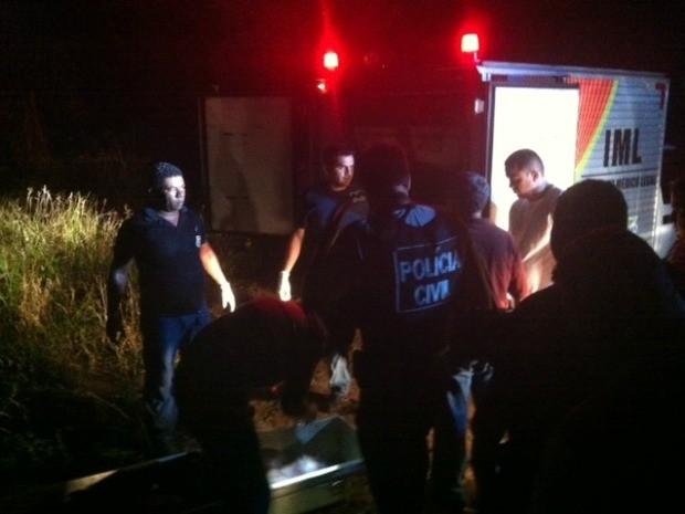 IML remove corpo de homem encontrado morto em matagal na Zona Norte de Manaus (Foto: Ana Graziela Maia/G1 AM)