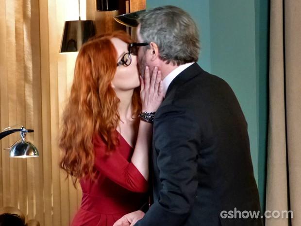 Isolda dá beijão em Nando (Foto: Em Família/ TV Globo)