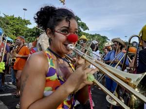 Mulher toca trompete no bloco Orquestra Voadora (Foto: Luciano Oliveira/G1)