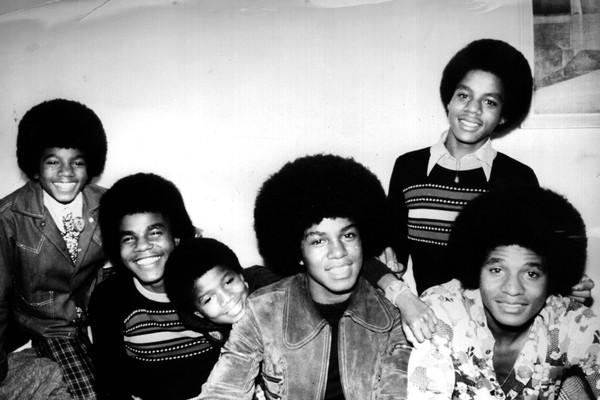 O cantor Michael Jackson com seus irmãos do Jackson 5 (Foto: Getty Images)
