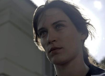Clara vê chance perfeita para encontrar quadros de Beatriz