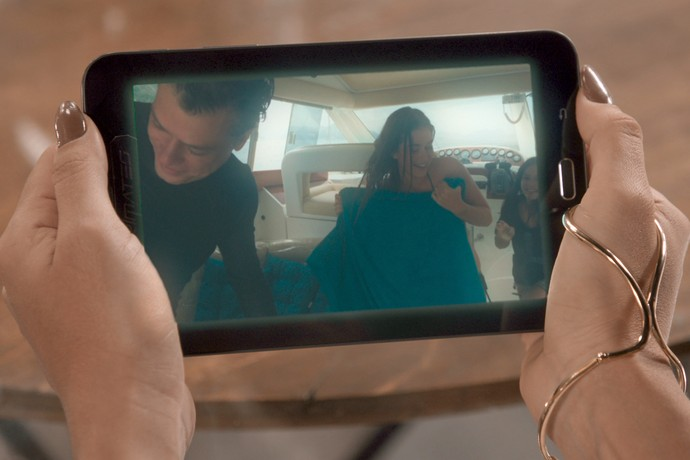 Carolina se surpreende com cenas de Eliza e Arthur no passeio de barco (Foto: TV Globo)