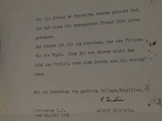 Carta original escrita por Einstein em 1951 e dedicada aos alunos do Colégio Anchieta, em Porto Alegre (Foto: Felipe Truda/G1)