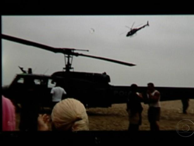 Helicóptero pousou na Praia de Copacabana e virou atração (Foto: Reprodução/TV Globo)
