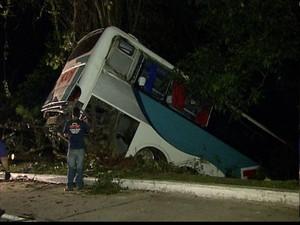 Acidente com ônibus na Rio-Teresópolis (Foto: Reprodução Globo News)