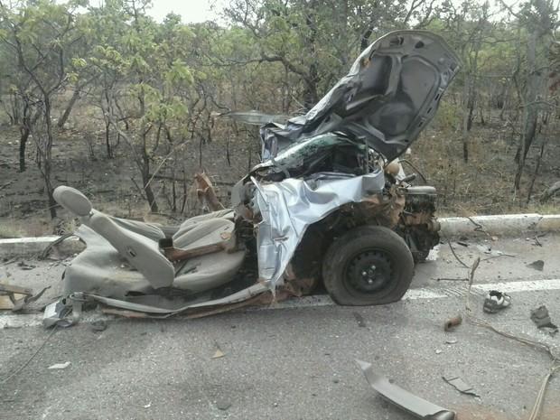 Motorista do carro morreu no local do acidente, na rodovia entre Gurupi e Formoso do Araguaia (Foto: Tiago Souza/Divulgação)