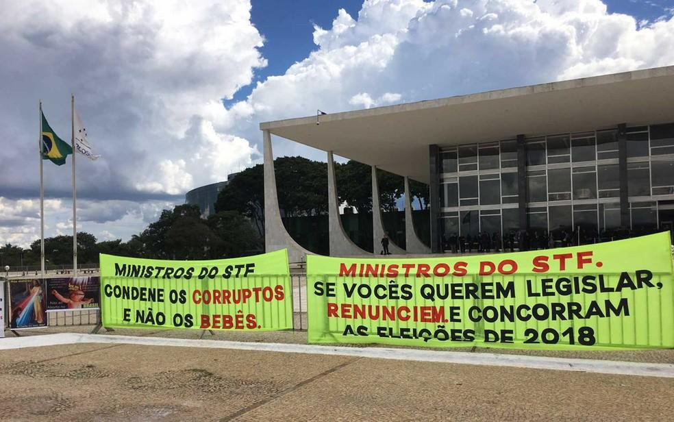 Faixas afixadas na grade do Supremo Tribunal Federal pedindo a não legalização do aborto (Foto: Luiza Garonce/G1)