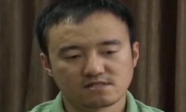 Wang Xiaolu durante confissão na TV estatal de que teria passado informações falsas (Foto: CCTV/AFP)