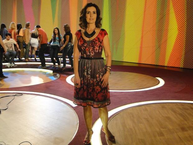 Look floral com base escura é tendência para a próxima estação (Foto: Encontro com Fátima Bernardes/ TV Globo)