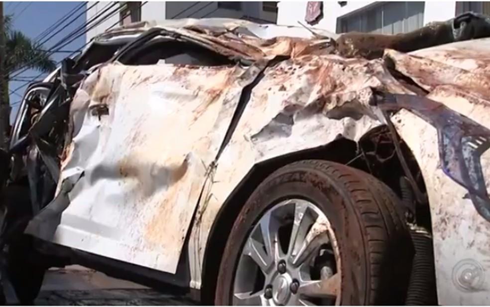 Carro em que jovens estavam ficou destruído (Foto: Reprodução/TV TEM)