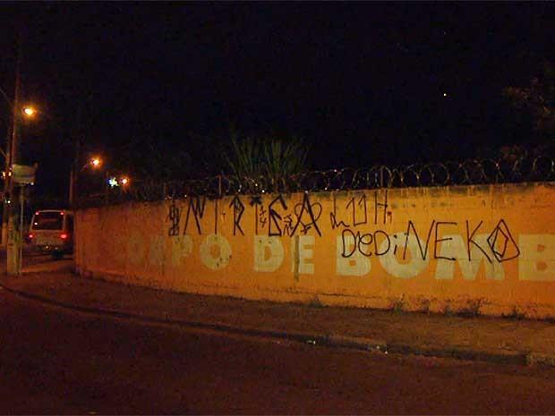 Muro do 7º Grupamento do Corpo de Bombeiros é pichado em Campinas (SP) (Foto: Vaner Santos/EPTV)