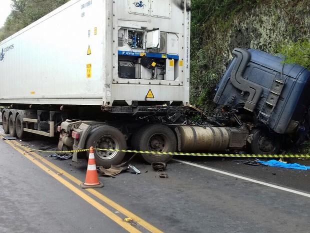 Dois caminhoneiros tiveram ferimentos leves (Foto: Divulgação/Polícia Rodoviária Federal)