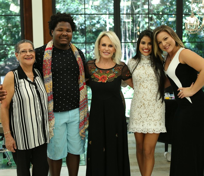 Geralda, Ronan, Munik e Cacau posam com Ana Maria nos bastidores (Foto: Fabiano Battaglin/Gshow)