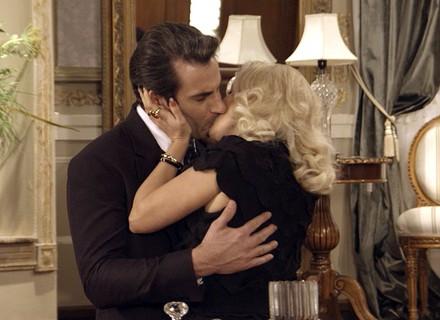 Sandra comemora golpe com Araújo e chama Ernesto para passar a noite com ela na mansão