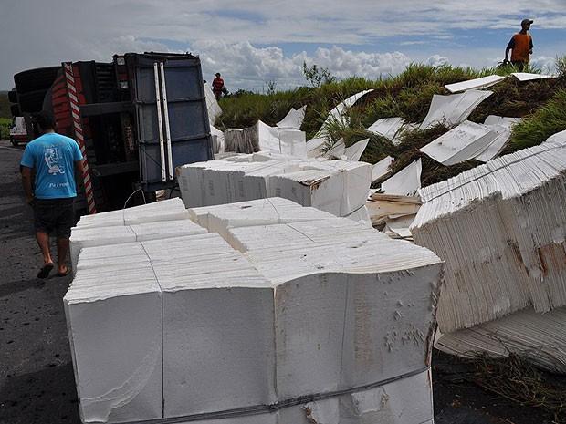 Carreta que levava celulose tomba na BR-101 e espelha carga na via. (Foto: Danuse Cunha/Itamaraju Notícias)