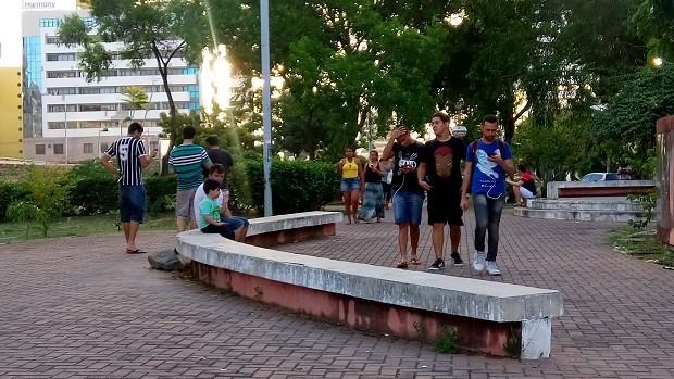 Treinadores circulavam pelo Corredor Vera Arruda atrás dos monstrinhos (Foto: Derek Gustavo/G1)