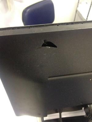 Computador da unidade hospitalar foi atingido por bala (Foto: Arquivo Pessoal)