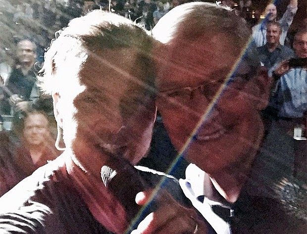 O vocalista do OneRepublic, Ryan Tedder, tira foto com Tim Cook durante conferência da Apple (Foto: Reprodução/Twitter/@OneRepublic)