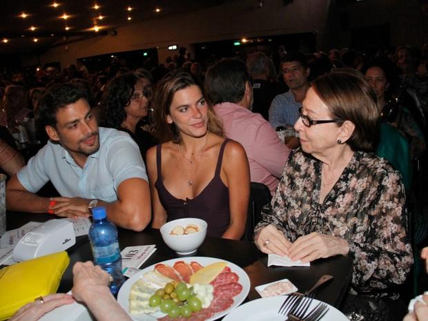 Cauã Reymond e a namorada, Mariana Goldfarb, e Fernanda Montenegro em show no Rio (Foto: Onofre Veras/ Brazil News)