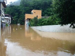 Em Santa Lepoldina, região Serrana do ES, o rio inundou a cidade (Foto: Izidoro Storch/ VC no G1)