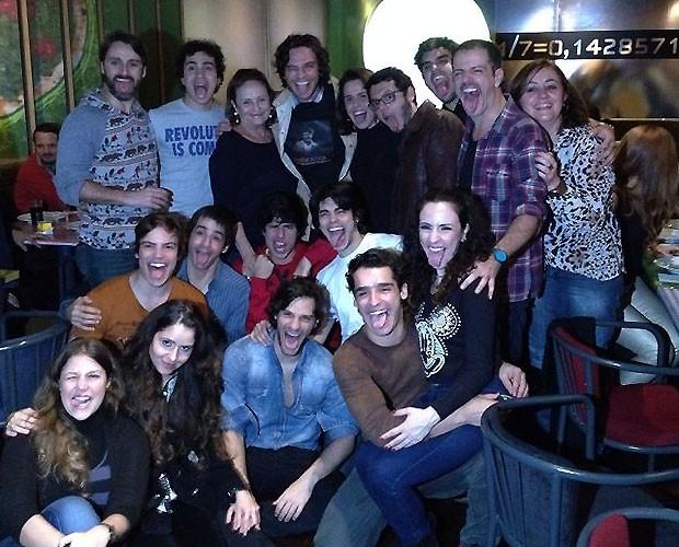 Lucinha Araújo (em pé, no fundo) posa com o elenco do musical 'Cazuza' (Foto: reprodução)
