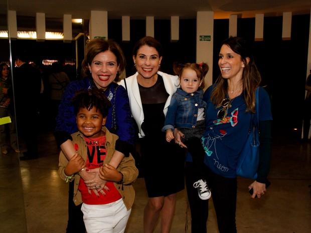 Astrid Fontenelle com o filho, Gabriel, Angela Dip e Sarah Oliveira com a filha, Chloé, em exposição em São Paulo (Foto: Marcos Ribas/ Foto Rio News)