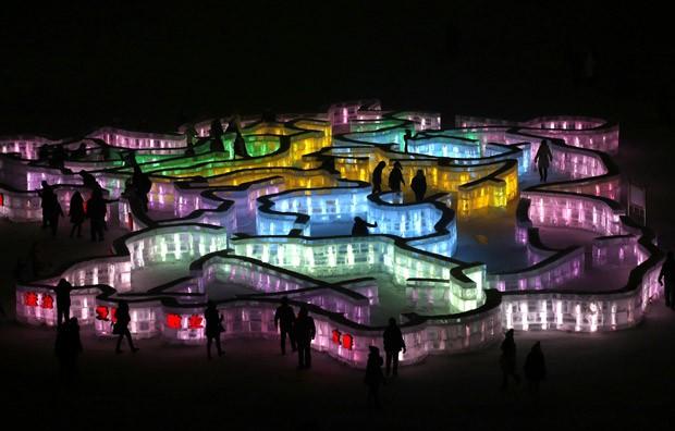 À noite, as esculturas de gelo em Harbin são iluminadas com luzes coloridas, como o labirinto acima (Foto: Kim Kyung-Hoon/Reuters)