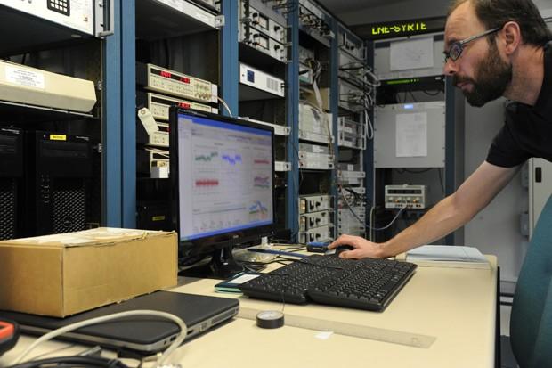 """Michel Abgrall, chefe do serviço nacional de referência do tempo, na França: cientistas discutem se o ajuste de um segundo para manter o tempo mias perto do tempo """"astronômico"""" é necessário  (Foto: AFP Photo/Thomas Oliva)"""