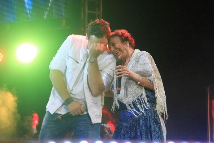 Vinícius ao lado de Delinha no Show de Verão de 2012 (Foto: TV Morena)