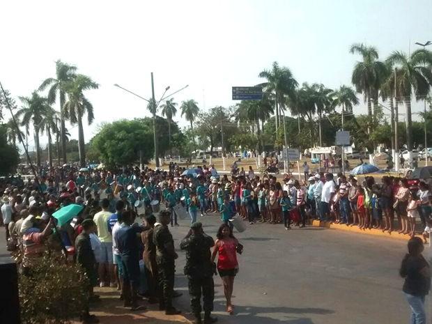 Alunos também desfilaram na manhã desta segunda, em Cáceres. (Foto: Jandira Vanin/Centro América FM)