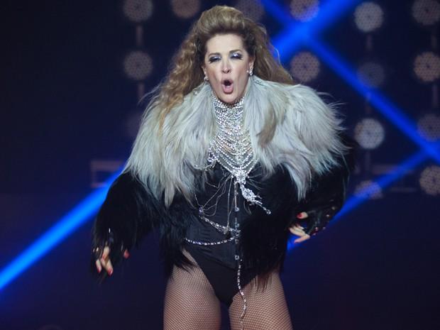 Claudia Raia faz a Shakira na pele de Samantha (Foto: Fabiano Battaglin/ Gshow)