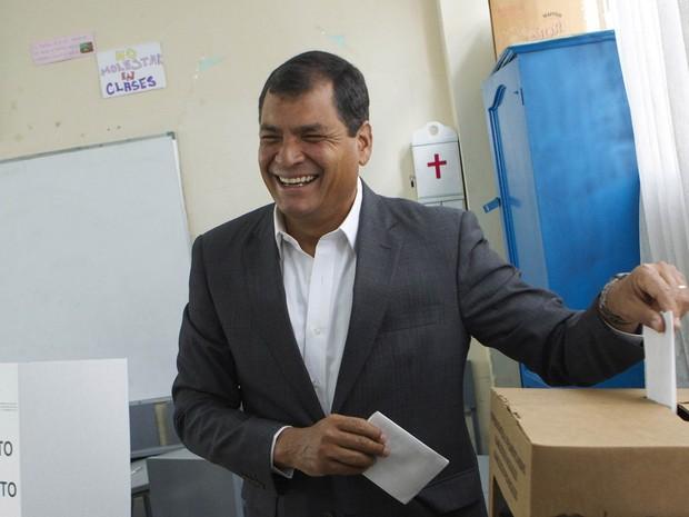 Rafael Correa sorri ao depositar voto; boca de urna aponta para reeleição do presidente com 61% dos votos (Foto: Guillermo Granja/Reuters)